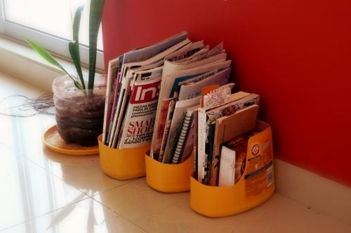 Подставка для журналов и пластиковые бутылки