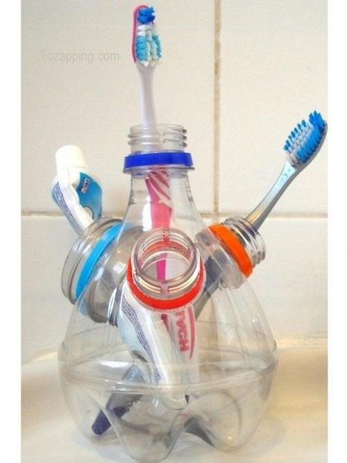 Подставка для зубных щеток и пластиковые бутылки