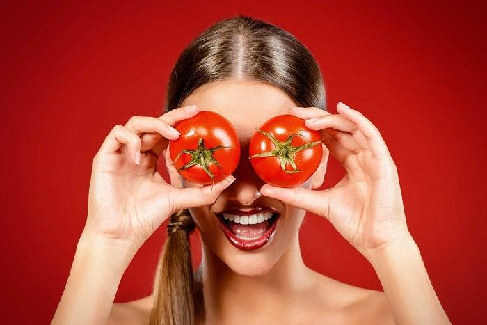 Сок помидоров уберет чёрные точки