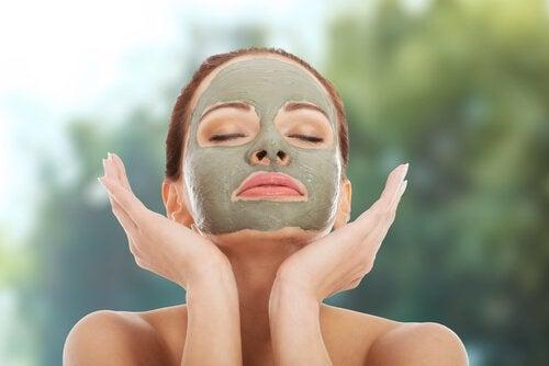 Маска из зеленой глины и сухая кожа