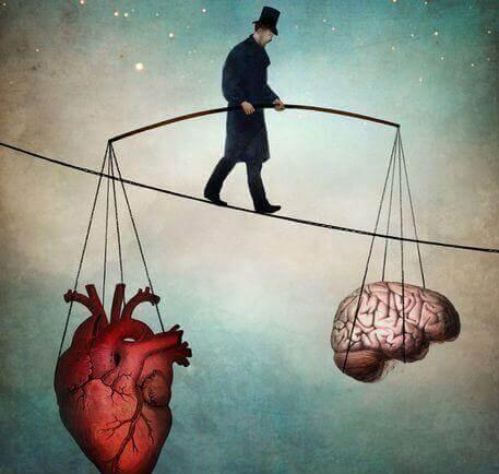 Мужчина, удерживающий в равновесии сердце и мозг
