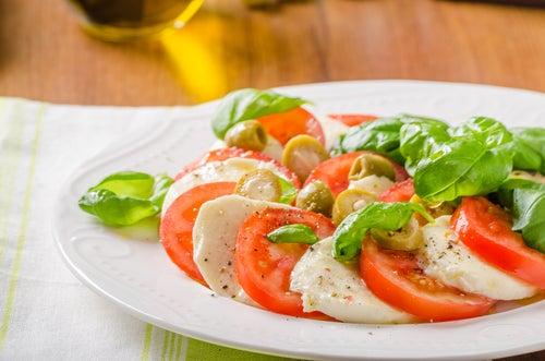 Полезный салат из томата и моцареллы
