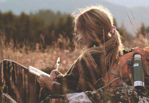 Женщина пишет открытку на природе и ее образ Я