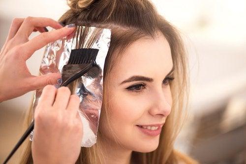 Как использовать фольгу для ухода за волосами и стать более привлекательными
