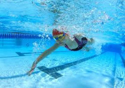 Плавание помогает восстановиться после травмы и вылечить боль в коленях