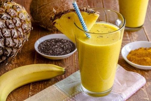 Чудесный смузи из банана и куркумы для очищения печени