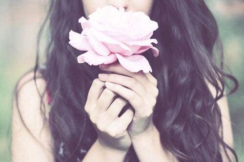 Женщина с цветком и быть хорошим человеком