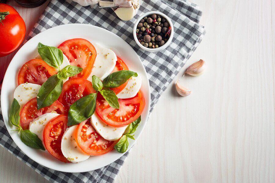 Полезный салат с моцареллой