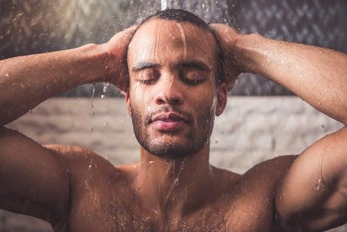 Горячий душ снимает боль в шее