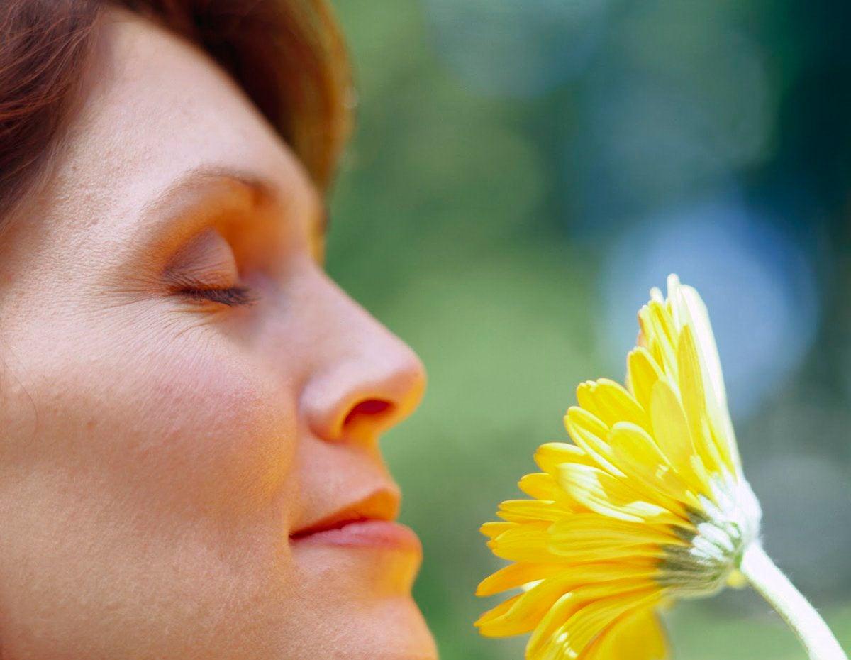 Женщина с цветком и растения