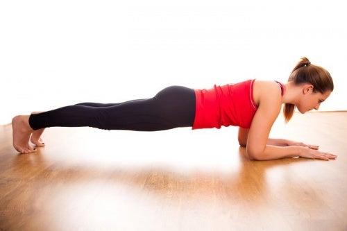 Планка помогает укрепить мышцы пресса