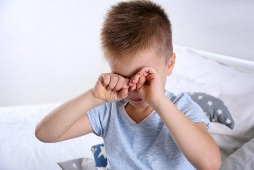 Синдром Аспергера и ребенок закрывающий глаза