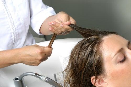 Массаж головы против сезонного выпадения волос