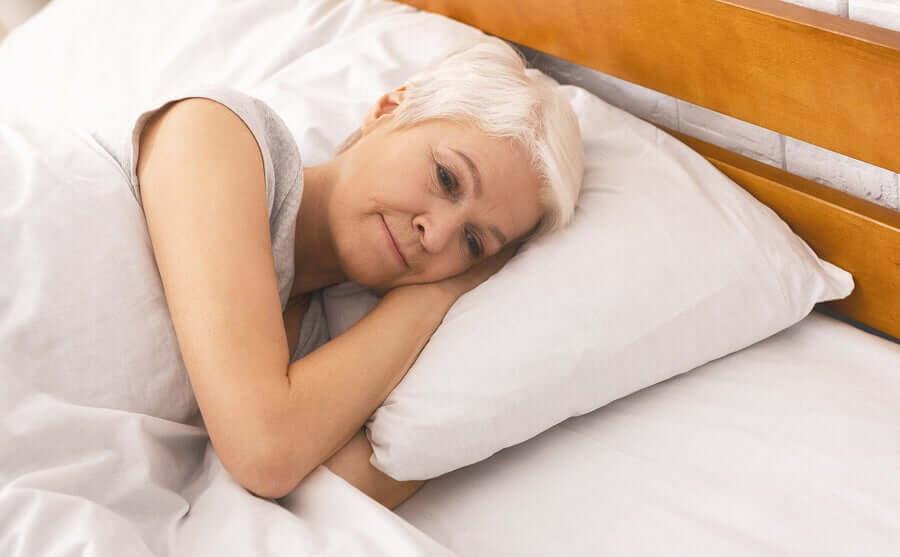 Женщина в кровати и летаргия