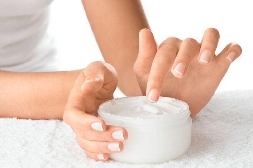 Недостаточное увлажнение ногтей и их ломкость