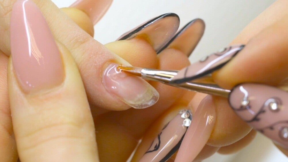 Частое наращивание и ломкость ногтей