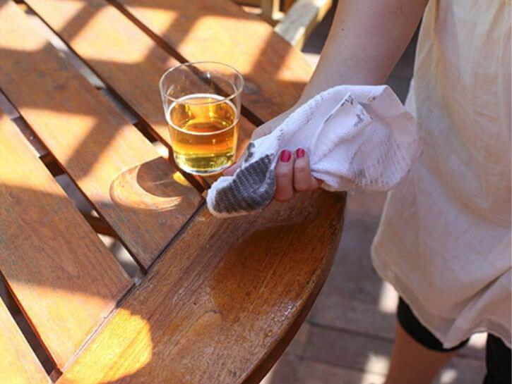 Пиво в быту отлично подходит для очистки дерева