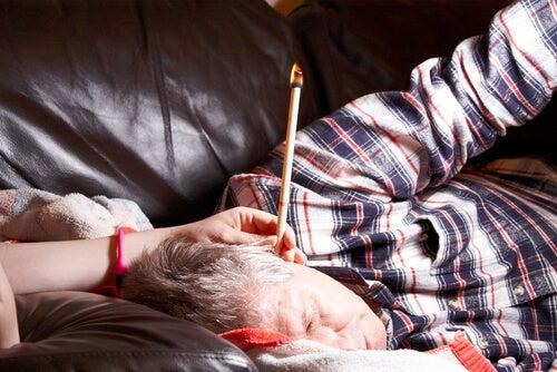Свечи хопи помогают при лечении шума в ушах