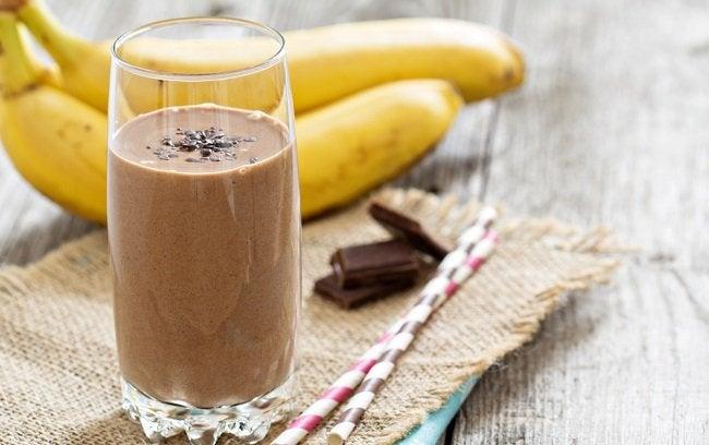 Коктейли из банана и клубники и шоколада