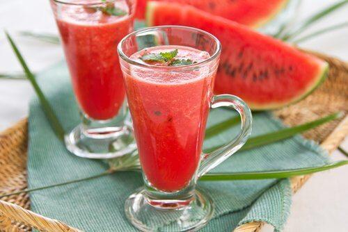 детокс напиток из арбуза и клубники