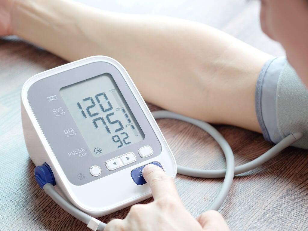 Правильное положение тела чтобы измерить артериальное давление дома