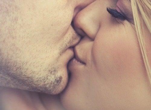 5 распространенных заболеваний, которые передаются через поцелуи