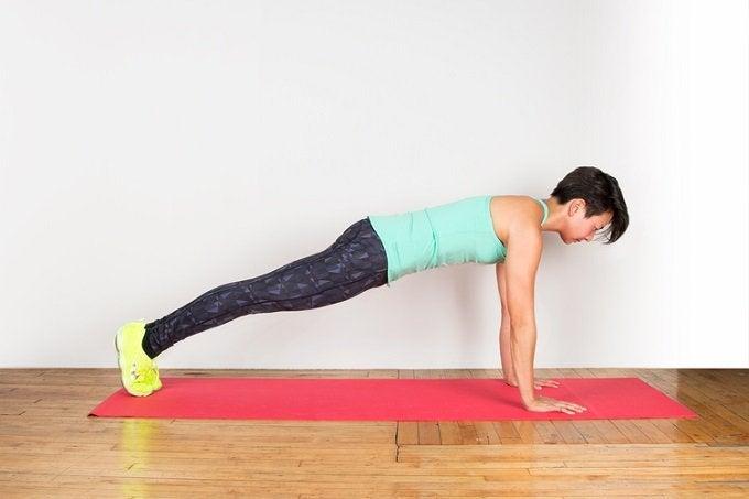 Планка поможет поддерживать в тонусе спину