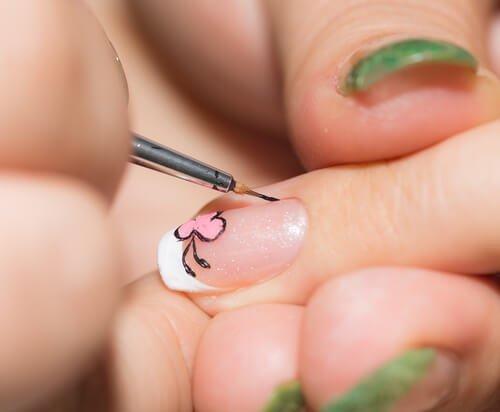 Тонкая кисточка поможет украсить ногти