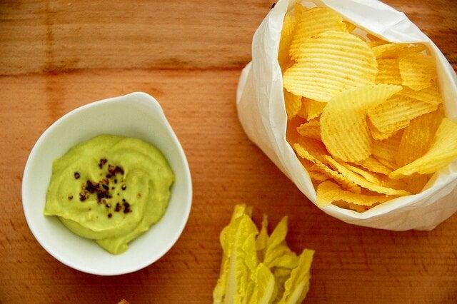 Гуакамоле и чипсы