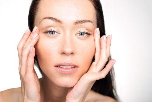Дефицит витаминов может вызвать опухание глаз