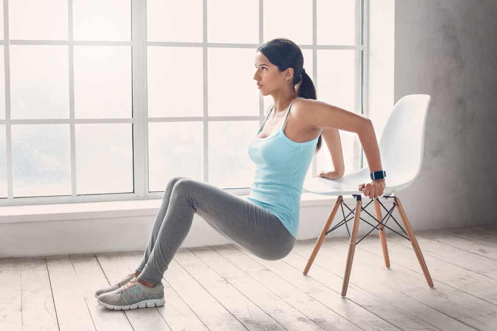Девушка упражнения на стуле