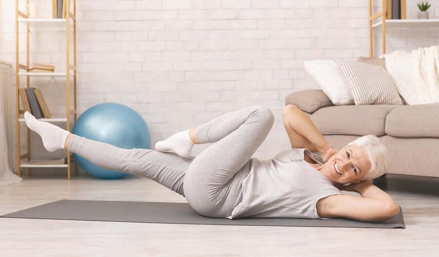 Женщина выполняет упражнения