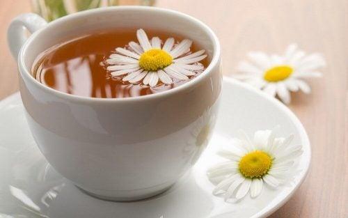 Боль в горле и чай из ромашки