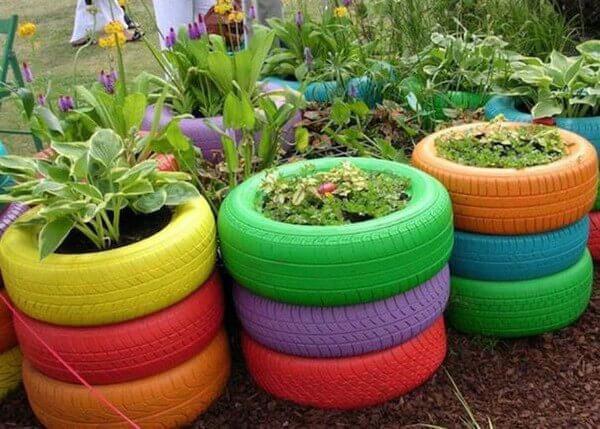 Утилизировать старые шины как цветники