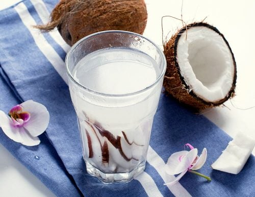 Кокосовая вода поможет устранить запор