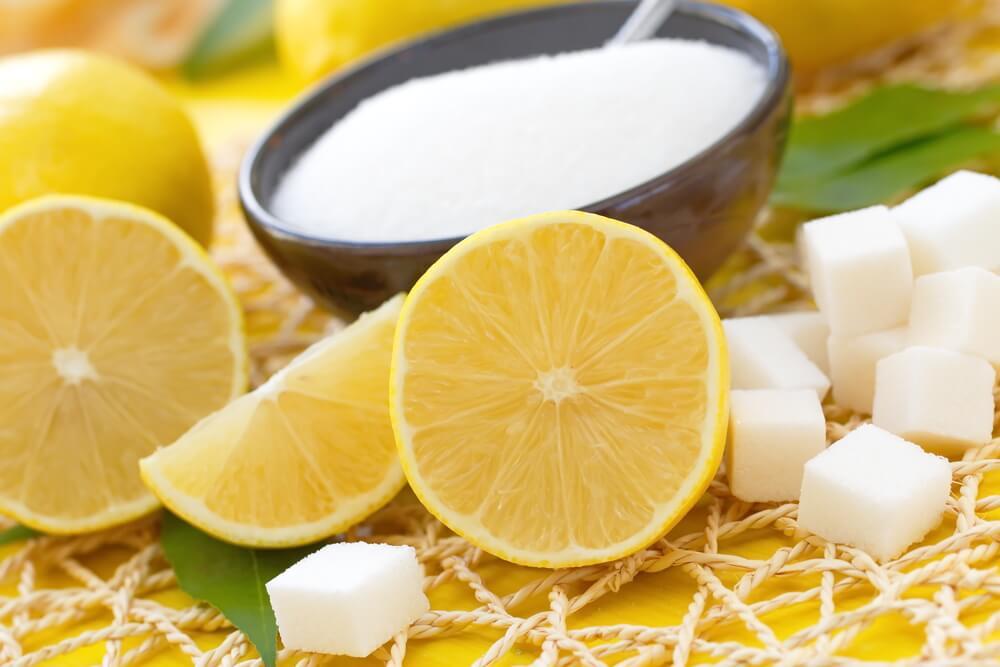 Скраб и лимон для ухода за кожей