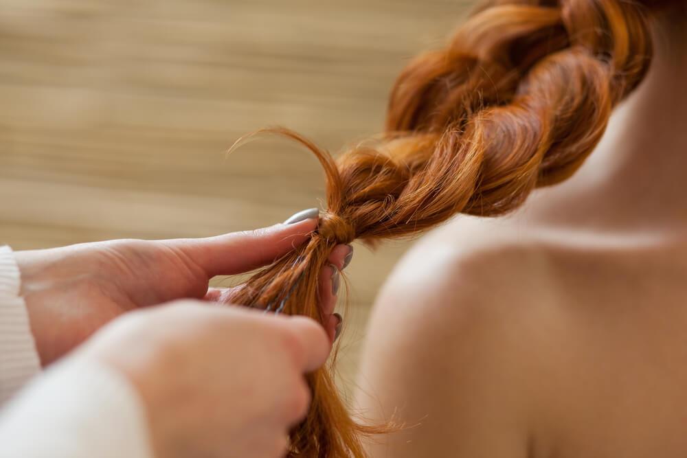 Вьющиеся волосы и косичка-каскад