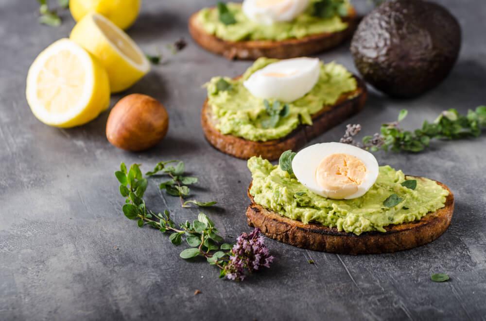 Здоровое питание и тосты с авокадо