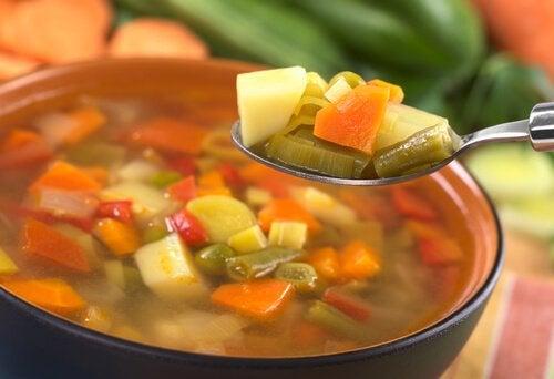 Здоровое питание и овощной суп