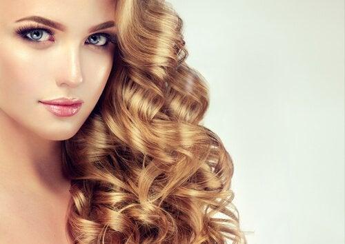 Вьющиеся волосы и односторонняя причёска