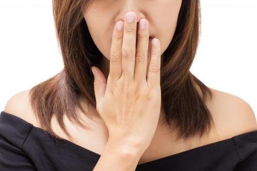 Неприятный запах изо рта может быть признаком рака горла