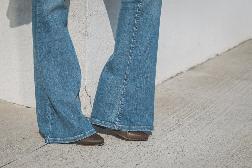 Как правильно носить джинсы-клёш