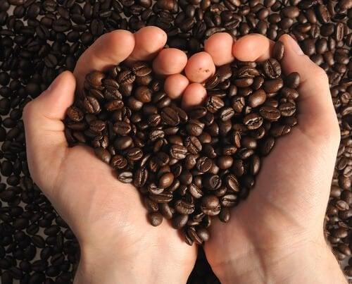 Кофе в зернах и черные точки