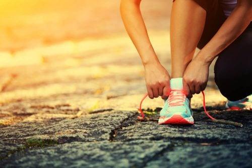 Кроссовки и стройные ноги