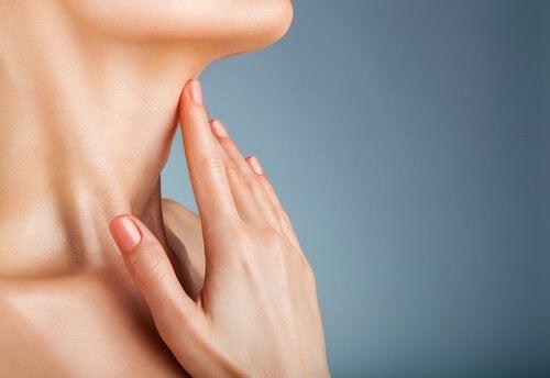Маски улучшают кожу на шее молодой и красивой