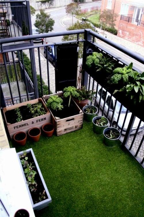 Искусственный газон и балкон