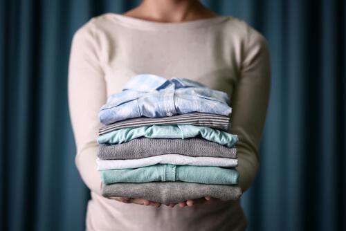 Гладить вещи и поддерживать порядок в доме