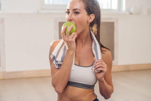 Отбелить зубы с яблоком