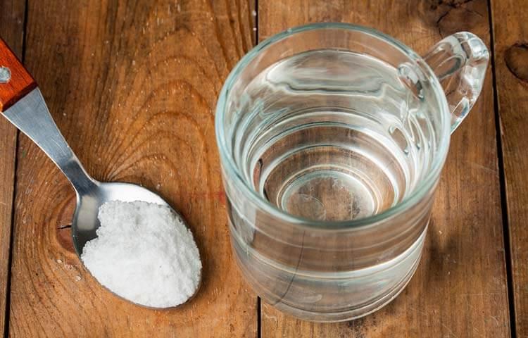 Удалить пятна пота солью