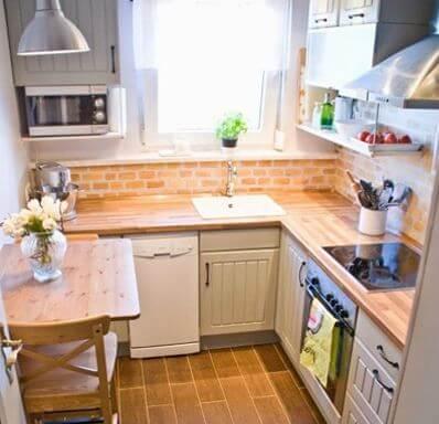 Освещенная маленькая кухня